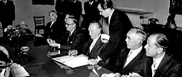 הקנצלר הגרמני קונרד אדנאואר חתם על הסכמי לוקסמבורג ב -10 בספטמבר 1952.