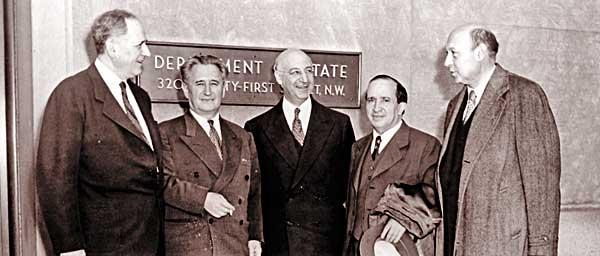 מפגש מוקדם של ועידת התביעות במחלקת המדינה ב -1952, שם קראו למזכיר המדינה, דין אצ'יסון, להמשיך את תמיכתה של ארצות הברית בתביעות יהודיות וישראליות נגד גרמניה.