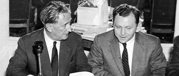 """נחום גולדמן, הנשיא המייסד של ועידת התביעות, וסול קגן, מנכ""""ל בישיבת 1958 בלונדון."""