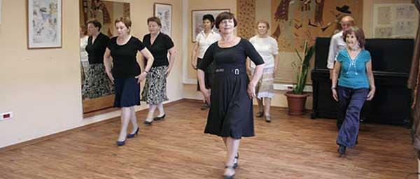 """ניצולי שואה נהנים מחוג ריקודים ב""""חסד"""" המקומי."""