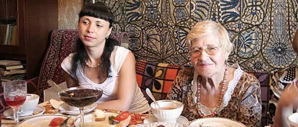 ארוחות חמות ותוכניות חברתיות מסייעות לניצולי שואה הסובלים מבידוד וחוסר ביטחון תזונתי בברית המועצות לשעבר
