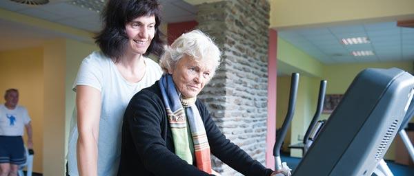 ניצולת שואה מקבלת טיפול במפגש בזלזנה רודה בצ'כיה. תמונה קרל קודלין.